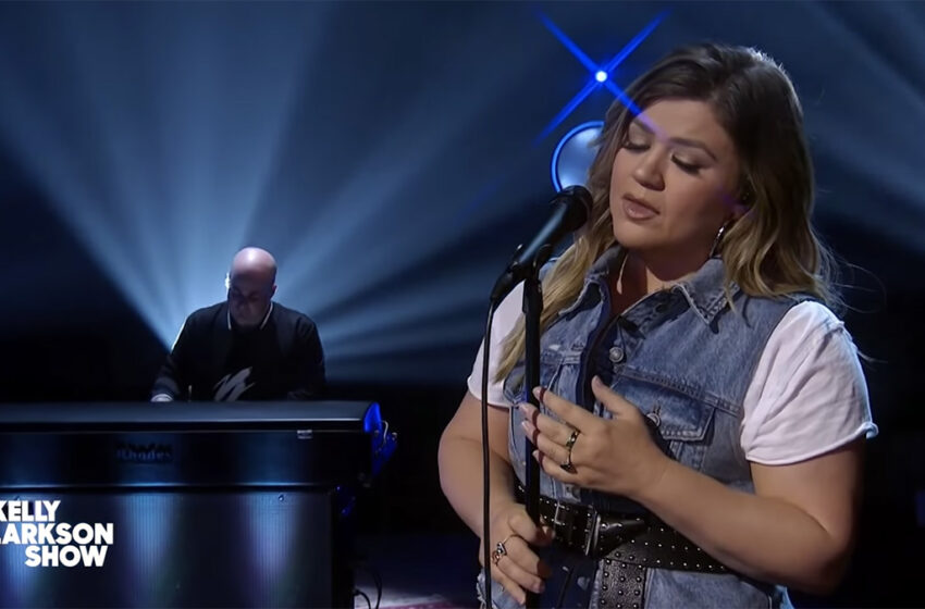 Kelly Clarkson delivers a devastating cover of Justin Bieber's Lonely
